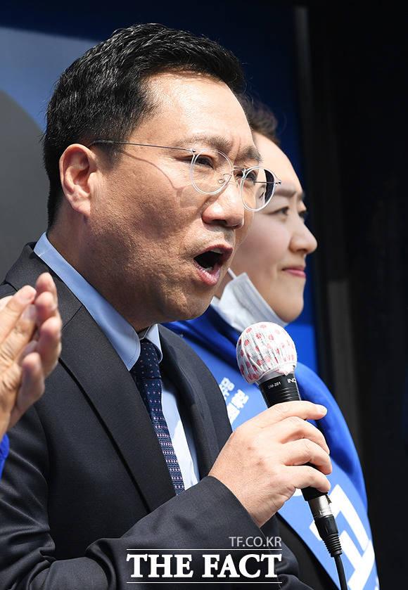 손 전 의원 주장에 친문 지지층은 반신반의하는 분위기다. 지난해 4월 총선 당시 고민정 후보 지지를 호소하는 양 전 원장(왼쪽) /배정한 기자
