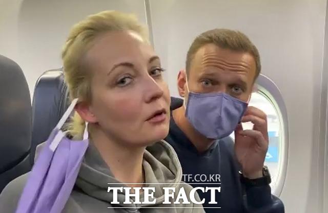푸틴 정적 나발니(오른쪽)가 17일(현지시간) 독일에서 귀국후 공항에서 체포됐다./모스크바=AP.뉴시스