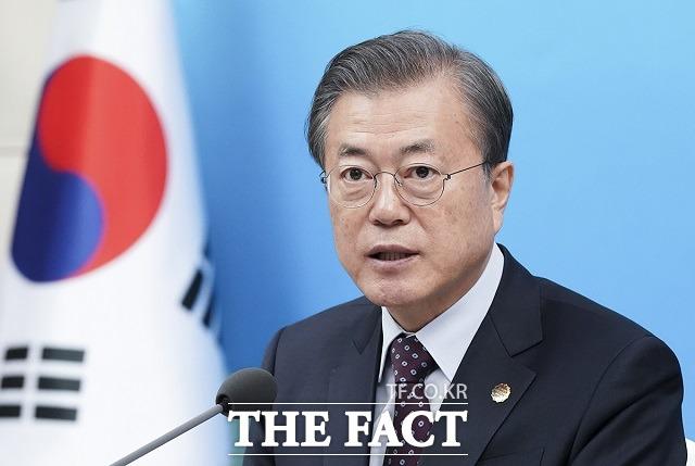 문재인 대통령은 18일 이명박·박근혜 전직 대통령 특별사면과 관련해 지금은 사면을 말할 때가 아니다라고 말했다. /청와대 제공