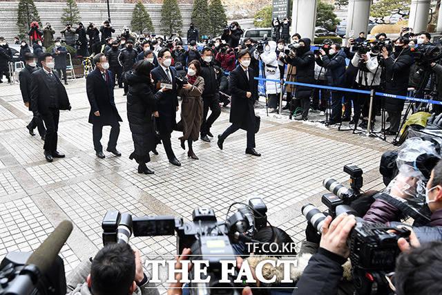 구속이냐 집행유예 갈림길 이재용 삼성전자 부회장이 18일 오후 서울 서초구 서울고등법원에서 열린 국정농단 사건 파기환송심 선고 공판에 출석하고 있다.