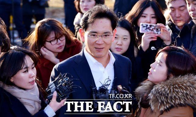 미소 되찾은 이재용 부회장 이재용 삼성전자 부회장이 2018년 2월 5일 경기도 의왕시 서울구치소를 나서며 기자들의 질문을 받고 있다.