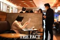 [TF포토] '카페 찾은 시민들'