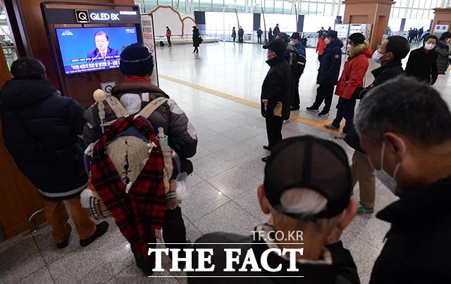 18일 오전 서울 중구 서울역 대합실에서 시민들이 문재인 대통령의 2021년 새해 기자회견을 시청하고 있다./이선화 기자