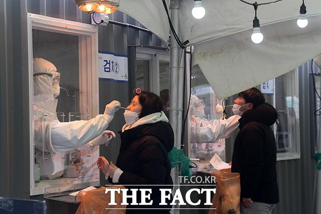 지난 1년 동안 국내 신종 코로나바이러스 감염증(코로나19) 확진자 중 절반이 집단감염 사례이며, 이 가운데 종교시설 확진자가 가장 많았던 것으로 나타났다.  11일 오후 서울 용산구 서울역 광장에 마련된 코로나19 임시선별검사소에서 시민들이 검사를 받고 있다.  /남용희 기자