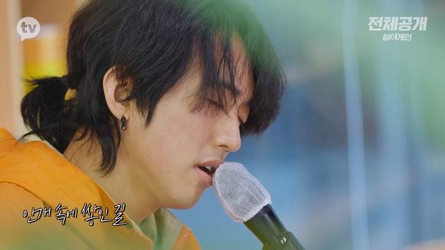 JTBC 싱어게인에서 화제를 모으고 있는 참가자 30호 가수 이승윤이 21일 카카오TV에서 공개된 싱어게인 전체공개 2회에서 유재하의 가리워진 길을 부르고 있다. /카카오TV 싱어게인 전체공개 캡처