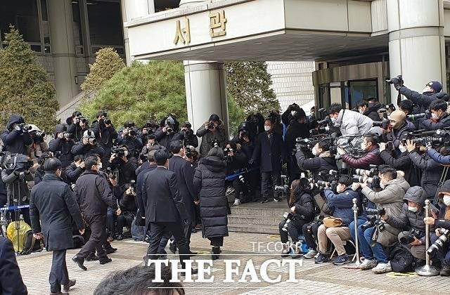 지난 18일 서울고등법원에서 이재용 부회장의 파기환송심 선고공판이 열린 가운데 수백여 명의 취재진이 몰렸있다. /서재근 기자