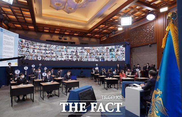문재인 대통령이 지난 18일 청와대 춘추관 2층 브리핑룸에서 2021년 신년 기자회견을 개최한 가운데 기자들이 질문권을 얻기 위해 손팻말을 들고 있는 모습. /청와대 제공