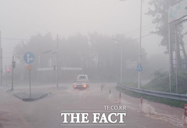 제주시는 태풍·집중호우 등 자연재해 발생시 매년 반복적으로 침수되는 애조로(노형교차로 주변)의 배수로를 정비한다. / 제주시 제공