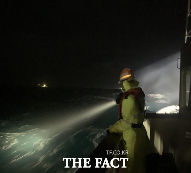 통영해경이 거제시 갈곶도 남동방 해상 침수선박 사고현장에서 밤새 수색을 펼쳤지만 아직 선장 김모(67)씨를 포함한 실종자 3명을 발견하지 못하고 있다. /통영해경 제공