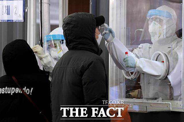 유럽에서 코로나19 백신의 공급 차질이 빚어지는 가운데 우리 방역당국은 아스트라제네카 백신의 1분기 도입 계획에는 변동이 없다고 공언했다. /이선화 기자
