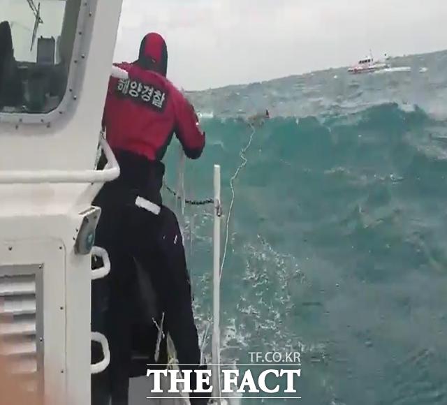 통영해경이 지난 23일 오후 3시55분쯤 거제시 갈곶도 남동방 해상 침수선박 사고현장에 출동해 해상에서 표류중인 승선원을 구조하고 있다. /통영해경 제공