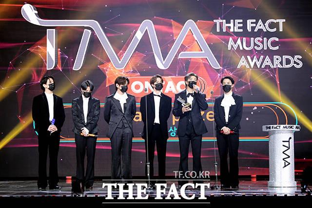 지난해 12월 12일 진행된 2020 더팩트 뮤직 어워즈(THE FACT MUSIC AWARDS, TMA)에서 방탄소년단이 대상을 수상한 후 소감을 밝히는 모습. /이선화 기자