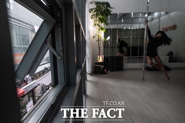 이 씨의 학원은 겨울철에도 항상 문을 열어놓고 수업을 하고 있지만, 일부 회원들은 불안감을 호소하고 있다.