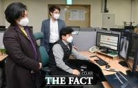 [TF사진관] 의료솔루션 기업 방문한 박영선