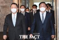 [TF포토] 정책간담회 참석하는 박용만-김태년