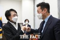 [TF포토] 주먹인사 나누는 정봉주-김진애