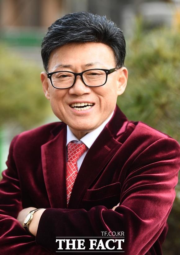 20년 돌싱남인 개그맨 엄용수(67)가 생애 세번째 결혼식을 올린다. 한국에서는 코로나 상황이 풀리는 올 가을 쯤 지인들을 초대하는 식사자리로 결혼식을 대신할 계획이다. /이동률 기자