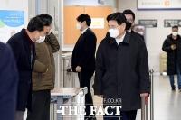 지지자들과 인사하는 홍문종 전 의원 [포토]