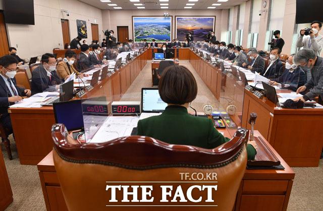 개회 알리는 진선미 국회 국토교통위원장.