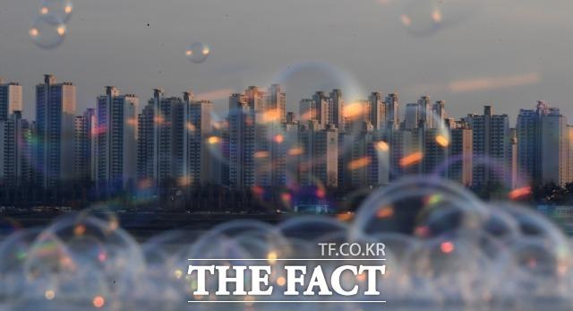 정부는 4일 25번째 부동산 대책을 발표했다. 그동안 정부의 대책에도 불구하고 집값 거품으로 서민들의 시름은 더욱더 깊어지고 있다. 서울 뚝섬 한강공원에서 본 강남 일대 아파트단지의 모습. /이새롬 기자