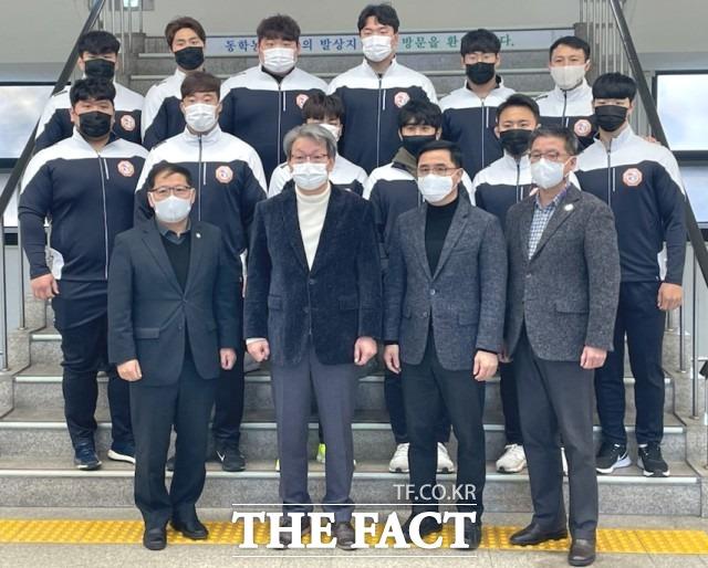 정읍시청 단풍미인씨름단은 김시영 감독과 조명신 코치를 중심으로 11명의 선수가 출전한다. / 정읍시 제공