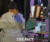 박근혜, 구치소 복귀…'눈에 띄는 외국어 사전' [TF사진관]