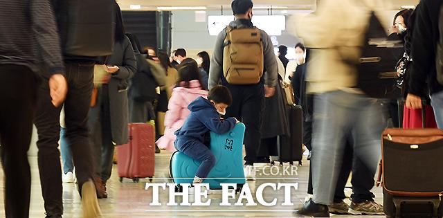 설연휴 모처럼 사람들로 붐비는 국내선 공항