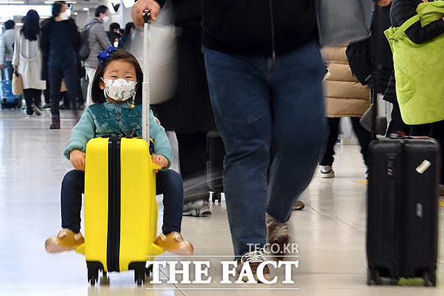 캐리어 타고 공항 누비는 어린이