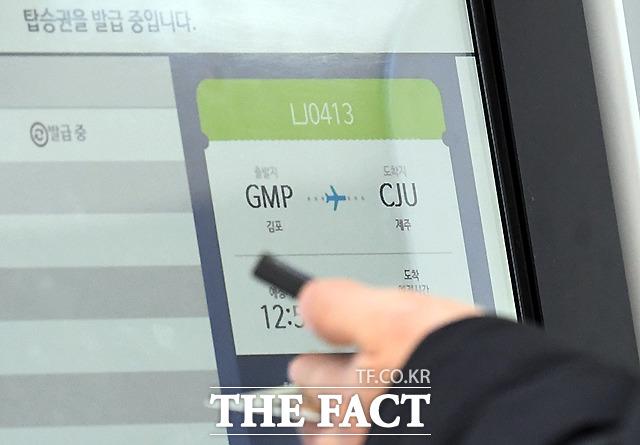 제주행 탑승 수속, 이번 연휴기간 동안 14만여명이 제주를 찾을 전망이다.
