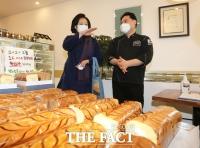 빵집 방문한 박영선 [포토]