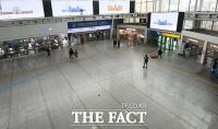 사회적거리두기 여파...'귀성객 사라진 서울역' [TF사진관]