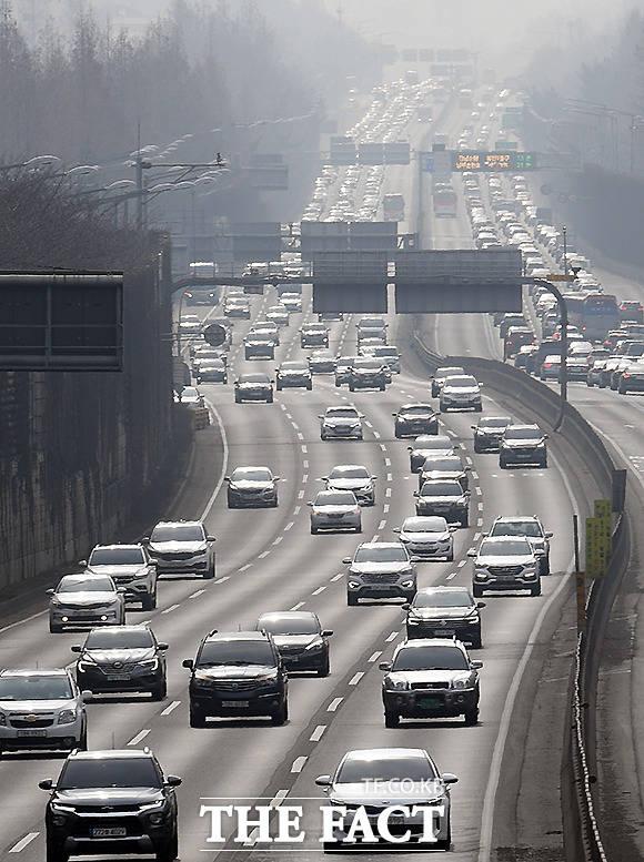 서울 서초구 잠원IC 부근에도 귀경 차량이 늘고 있다.