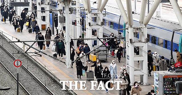 설 연휴 마지막날인 14일 오전 서울역 에서 귀경객들이 승강장을 나서고 있다. /이새롬 기자
