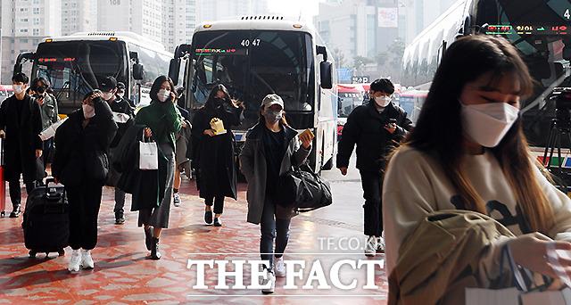 고속버스를 이용한 귀경객들이 고속버스터미널에 하차해 이동하고 있다.