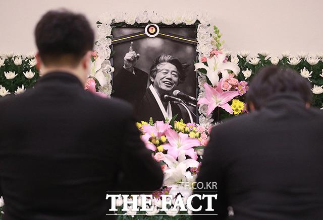 15일 오후 서울 종로구 서울대병원 장례식장에 마련된 고 백기완 통일문제연구소장 빈소를 찾은 한 시민들이 조문을 하고 있다. /이동률 기자