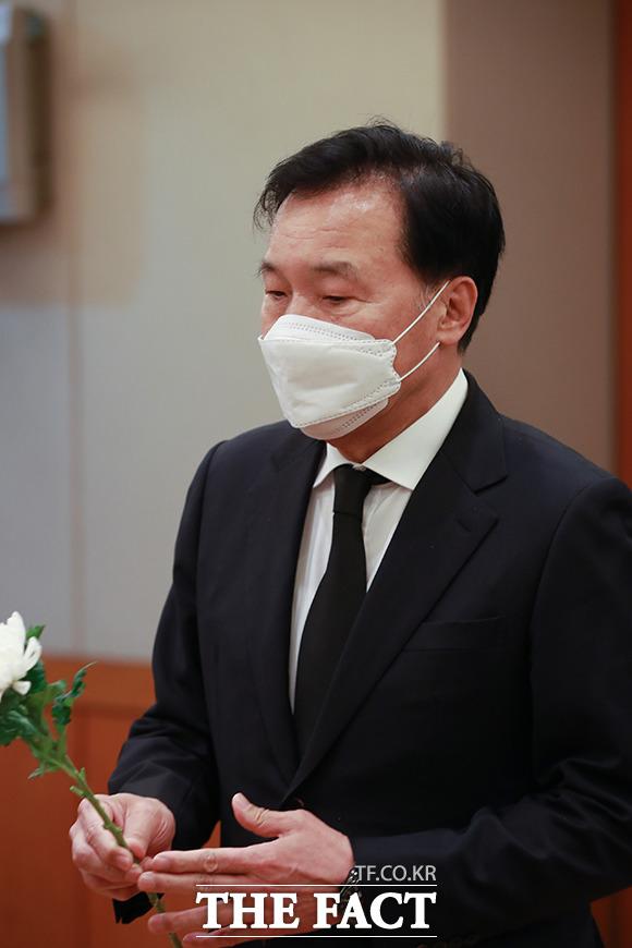 손학규 전 바른미래당 대표가 15일 오후 서울 종로구 서울대학교병원 장례식장에 마련된 고 백기완 통일문제연구소장 빈소를 찾아 조문하고 있다. /이동률 기자