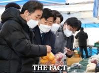 경비원 쉼터 방문 후 과일 구매까지… '이낙연표 상생 현장' [TF사진관]