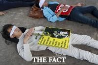 군정 아래 죽은 목숨... 드러누운 미얀마 시위대 [TF사진관]