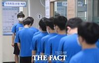 올해 첫 병역판정검사, '거리두기 신검'하는 입영대상자들 [TF사진관]