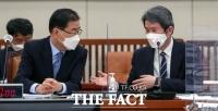 외통위 전체회의 참석한 정의용-이인영 [포토]