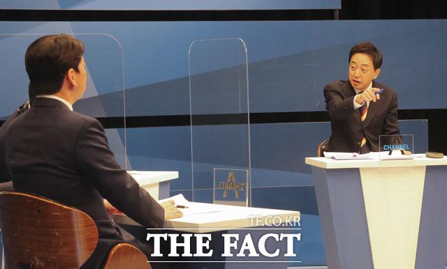 금태섭 후보(오른쪽)가 18일 상암동 채널에이 사옥에서 열린 단일화를 위한 토론에 참석해 안 후보에게 질의하고 있다. /국회사진취재단
