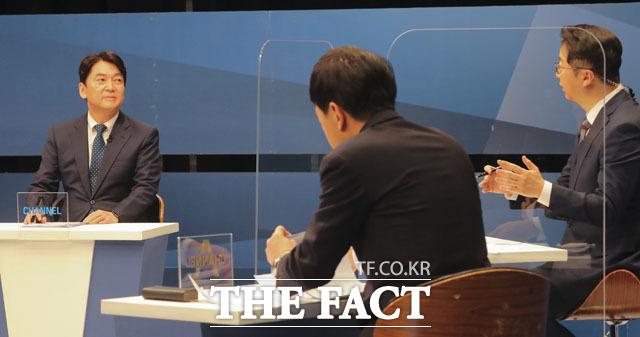 안철수 후보(왼쪽)가 18일 상암동 채널에이 사옥에서 열린 단일화를 위한 토론에 참석해 사회자의 질의를 듣고 있다. /국회사진취재단