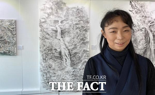 정 은경 작가는 경북은 문화 유산 부자라며 곳곳에 있는 유네스코 등재 문화재를 화폭에 담고 싶었다고 말했다./안동=오주섭기자