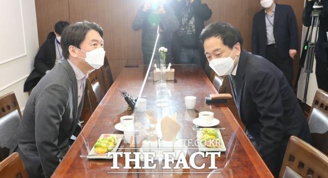 제3지대 단일화를 위한 협상 테이블에 앉는 안철수-금태섭 후보. /남윤호 기자