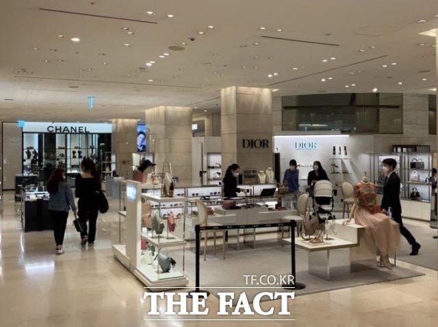 오락가락한 해외 명품 브랜드들의 가격 정책에 소비자들의 혼란이 가중되고 있다. 사진은 서울 시내 한 백화점의 명품관 모습. /한예주 기자