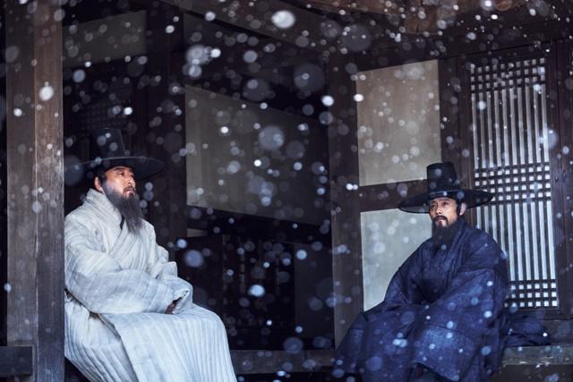 영화 남한산성의 예조판서 김상헌(왼쪽)과 이조판서 최명길의 모습. /영화 남한산성 스틸 컷