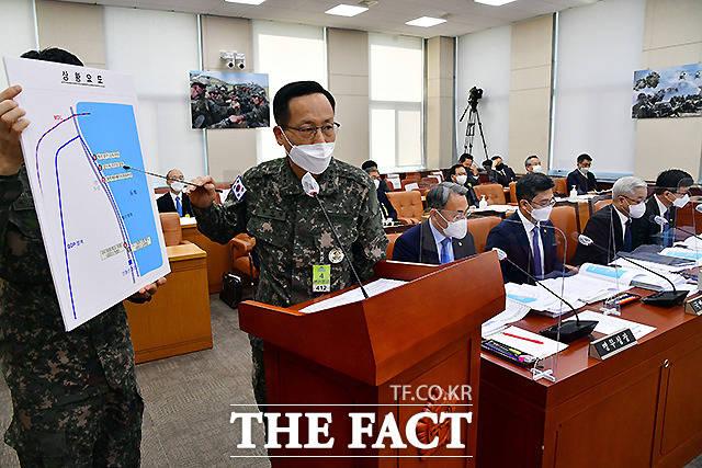 박정환 합동참모본부 작전본부장이 17일 오후 국회에서 열린 국방위원회 전체회의에 출석해 22사단 해안 귀순(추정) 관련 상황 보고를 하고 있다.