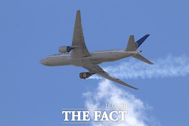 덴버에서 이륙한 직후 우측 엔진 고장이 난 유나이티드 항공 328편이 연기를 내뿜으며 덴버 공항으로 회항하고 있다.