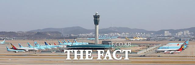보잉사는 777기종이 미국과 유럽에서 잇따라 엔진 고장을 일으켜 해당 항공기 기종의 운항 중단을 권고, 국내 항공사들도 모두 운항을 중단하기로 결정했다.