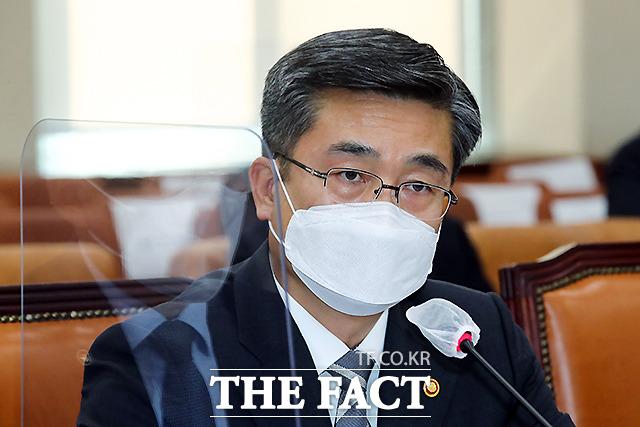 질의에 답변하는 서욱 장관.